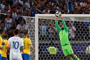 'Người nhện' Alisson Becker: 3 lần đánh bại Messi