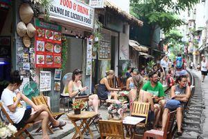 Bất chấp nguy hiểm, du khách nước ngoài thích thú với cafe đường tàu tại Hà Nội