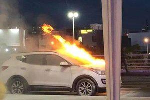 Ô tô hiệu Hyundai Santafe bất ngờ bốc cháy ngùn ngụt ở sân bay Đà Nẵng