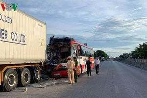 Xe chở khách du lịch gặp nạn, 1 người chết, 14 người nhập viện