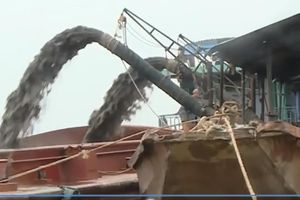 Cát tặc ngang nhiên vươn 'vòi bạch tuộc' hút cát ở Ba Vì, chính quyền bó tay