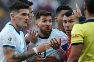 CĐV phẫn nộ vì Messi bị húc và phải nhận thẻ đỏ
