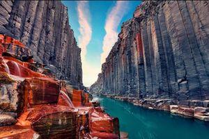 Dòng nước xanh lam bí ẩn giữa hẻm núi đá bazan khổng lồ