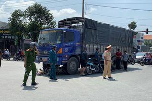 Bị xe tải cuốn người và xe máy vào gầm, một phụ nữ tử vong tại chỗ
