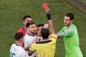 Lộ mảnh giấy của trọng tài kết tội thẻ đỏ với Messi