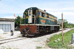 Người đàn ông bị tàu hỏa hất văng khi cố băng qua đường sắt