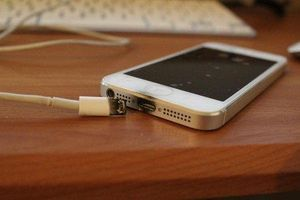 Lạng Sơn: Vừa sạc vừa dùng điện thoại, 1 thanh niên tử vong