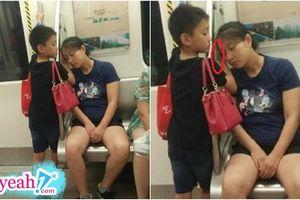 Trên chuyến tàu điện ngầm, cậu bé lặng lẽ dùng tay làm gối cho người mẹ ngủ