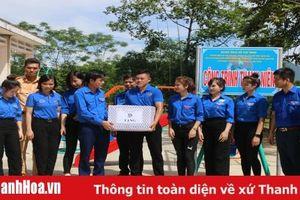 Thăm, tặng quà đội hình tình nguyện tại huyện Thường Xuân
