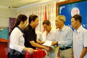 Thăm hỏi, tặng quà 10 cá nhân, gia đình Việt kiều Campuchia có công với cách mạng