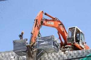 Bắt đầu phá dỡ tường chắn khổng lồ trái phép ở Nha Trang