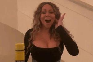 Vợ Justin Bieber, Mariah Carey mở nắp chai kiểu độc lạ