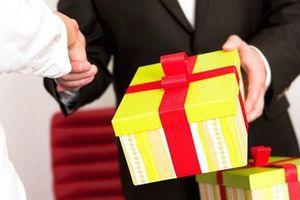 Cán bộ từ chối, nộp lại quà tặng: Nghe thì hay...