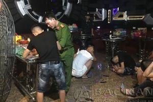 Đột kích phòng karaoke 'Tổng thống', 'Hoàng hậu', phát hiện hàng chục nam nữ đang 'bay lắc'