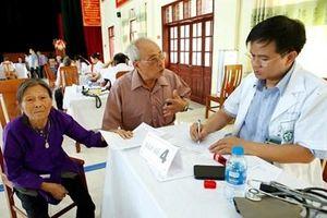 Bệnh viện Bạch Mai khám bệnh, cấp thuốc, trao quà tặng đối tượng chính sách tại Hà Nam