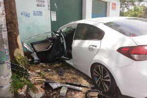 Thanh Hóa: Ô tô đâm vào gốc cây khiến 3 người bị thương nặng