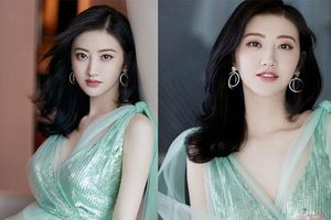 'Đệ nhất mỹ nữ Bắc Kinh' Cảnh Điềm diện đầm xẻ sâu, lấp ló ngực đầy