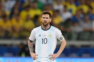 HLV Brazil nói thẳng mặt Messi sau khi vô địch
