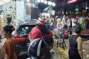 Hiện trường vụ tai nạn kinh hoàng xe Mercedes tông liên hoàn xe máy ở TP.HCM