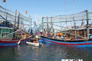 Trục vớt tàu cá bị chìm ở khu vực Cửa Đại lên bờ an toàn