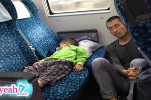 Ấm áp hình ảnh cha ôm gối ngồi trên sàn tàu nhường ghế cho con trai ngủ ngon lành, 'cha mẹ luôn vĩ đại như vậy'