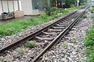 Đi vệ sinh ở sát đường tàu hỏa, một người đàn ông bị tàu đâm tử vong
