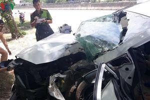 Ô tô tông vào gốc cây, 4 người trong một gia đình nguy kịch