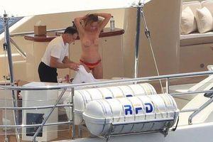 Diễn viên phim 'Lolita' khỏa thân trên du thuyền sang trọng