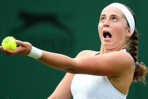 Góc chơi khó đồng đội: Cựu nữ hoàng Roland Garros nện bóng trúng đầu 'ông chú' đánh cặp