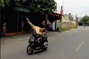 Đối tượng 16 tuổi đi xe máy không đội mũ bảo hiểm, húc văng Cảnh sát giao thông