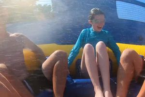 Trải nghiệm 'không tưởng' trên phao trượt nước dài nhất thế giới