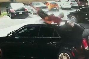 Thanh niên ngã từ trên cao xuống làm móp ôtô ở Mỹ