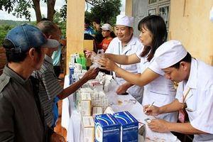 Bệnh viện Quân y 211 khám bệnh, tặng quà các đối tượng chính sách