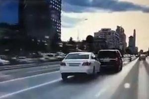 Sedan màu trắng nhận 'quả đắng' khi cố gắng trả đũa trên đường