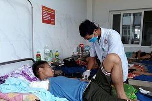 Nam thanh niên phải cắt bỏ cánh tay vì đắp lá thuốc trị rắn độc cắn