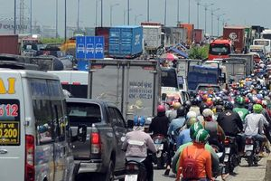 Cửa ngõ phía Đông TP Hồ Chí Minh kẹt cứng hơn 6 tiếng vì một xe cẩu chết máy