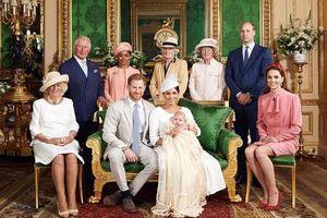 Khác nhau là vậy nhưng bức hình chính thức trong lễ rửa tội của bé Archie vẫn có một loạt điểm giống nhau với 3 con nhà Công nương Kate