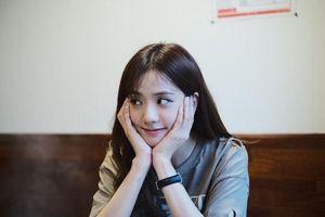 Jisoo (Blackpink) khoe mặt xinh như hoa, K-net so sánh với Jennie: 'Có sắc mà không có tài'