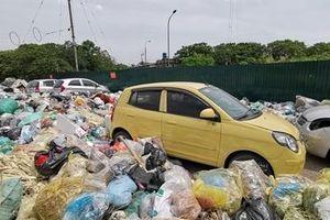 Sáng ra hoa mắt đi tìm ô tô bị bãi rác tự phát 'nuốt' trong đêm