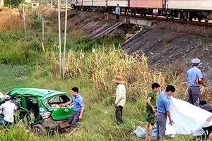 Tàu hỏa đâm xe taxi, hai bà cháu tử vong, 3 người trọng thương
