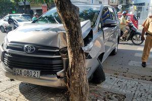 Xe 7 chỗ nổ lốp tông grabbike rồi 'dính chặt' vào gốc cây