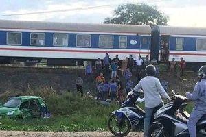 Cố băng qua đường sắt, taxi Mai Linh bị tàu hỏa húc văng, 5 người thương vong