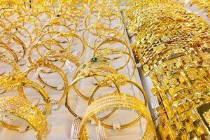 Vàng trong nước tiếp tục tăng dù giá thế giới đang chững lại