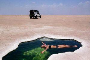 Bơi lội sảng khoái giữa vùng đất khắc nghiệt nhất thế giới