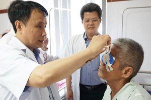 Cựu binh hiến giác mạc giúp hồi sinh đôi mắt cho hai người