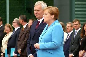 Bà Merkel run loạng choạng lần thứ 3 khi tiếp thủ tướng Phần Lan