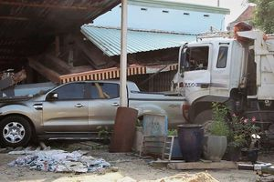 Xe tải tông chết người rồi đâm sập nhà dân