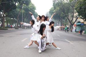 Dance in public khuấy động phố đi bộ Hồ Gươm