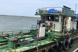 Quảng Bình: Bắt giữ tàu sắt sang mạn dầu trái phép trên biển