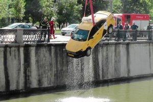 Vào cua mất lái, taxi đâm thẳng xuống xuống sông
